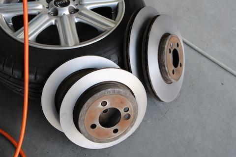 輸入車ミニのブレーキパッド交換、ダストフリーでホイールを綺麗に!