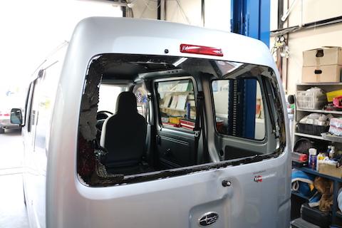 車のリアガラス破損、触ると毛がします!清掃から交換までお任せください。