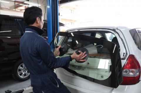 車のリアガラス破損、最小限のご負担で交換・清掃お任せください。