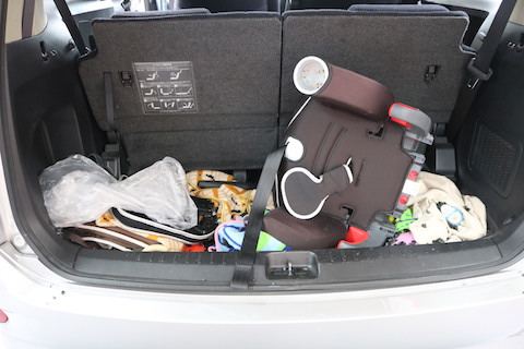 車のリアガラスが破損して破片が車内の飛散!掃除から・交換までお任せください!