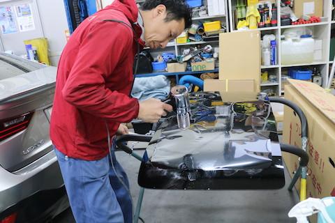 車のリアガラス破損!ガラスの廃棄・清掃・交換まで一括作業します!