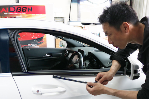 欧州車ドアのアルミモールが腐食!ウロコ取り磨きよりもカーラッピングでお悩み解消!