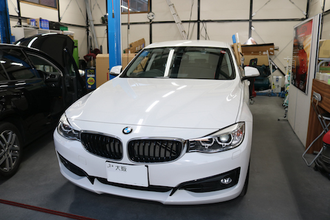 車をこすって傷・塗装剥がれ。輸入車でも修復が可能!