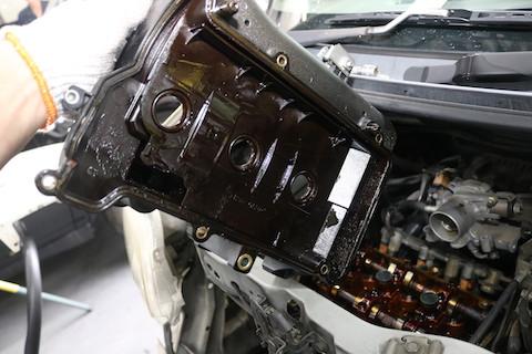 駐車場のエンジンオイル汚れはオイル漏れ!オイル不足になる前に修理!