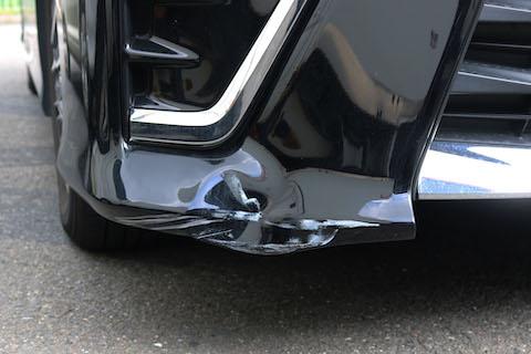 フロントバンパーの複雑に変形したヘコミを交換せずに鈑金・塗装で再生修理!