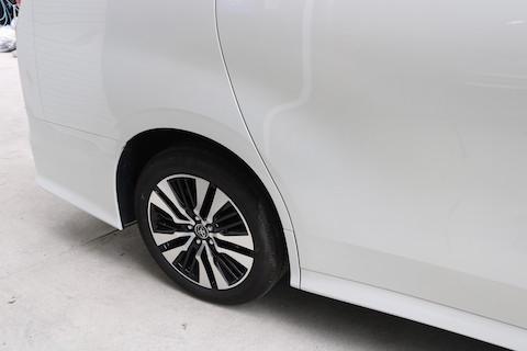 傷ついた車のボディ、鈑金・塗装という、部品再生技術で直します!
