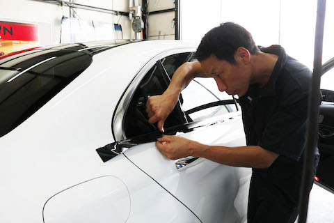 欧州車のメッキモールのくすみは、磨きもいいけどラッピングでドレスアップとプロテクション!