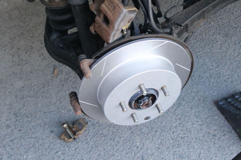 車のブレーキペダルが押し返される、効かないなどの異常は点検してください!