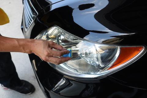 愛車のヘッドライトの黄ばみや曇りを除去するだけで、車が若返ります!
