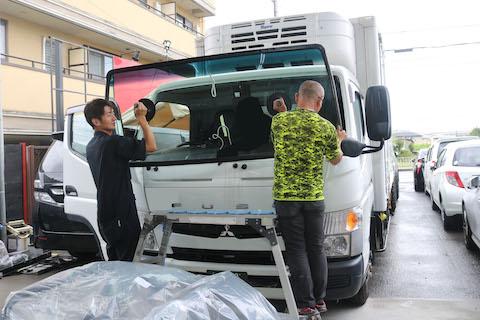 トラックのフロントガラス交換も、お得な社外品で交換が可能です!
