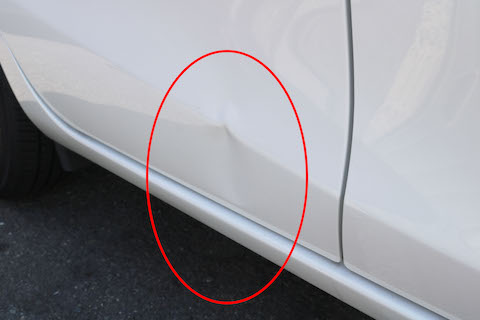車のドアの大きなヘコミ、プレスライン潰れ、鈑金・塗装で交換しない再生技術で修理!