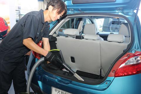 車のリアガラス破損、清掃から交換までお任せください。そして費用は約半額!
