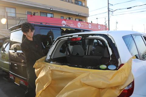 車のリアガラスが破損で不安がいっぱい。そのお悩みを解決いたします!