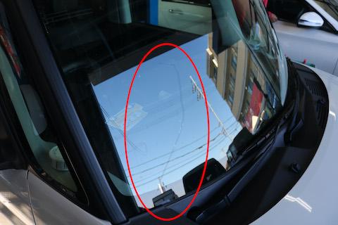フロントガラスのヒビ割れが伸びたら、ガラス交換専門店に相談すれば最小限におさえれます!