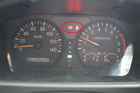 車のメーター表示が点灯しない球切れや警告灯表示は車検不合格!