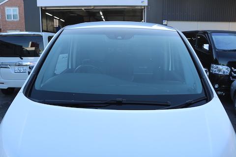 ブレーキサポートのカメラ付きに対応した、ドレスアップできる青色のフロントガラス!