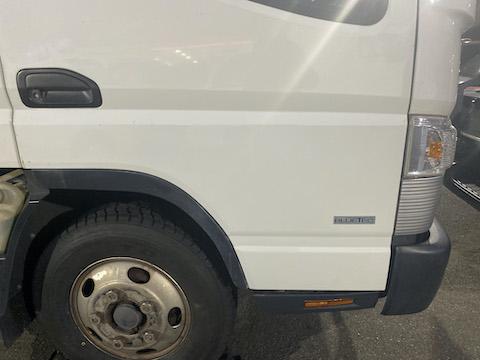 トラックの大きなヘコミでドア交換。修理する時間がなければ、中古パネルでポン付交換も可能!