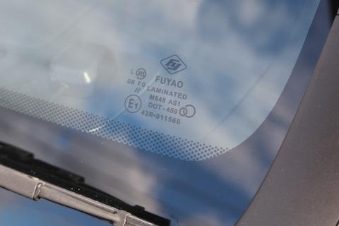フロントガラスの社外品は、純正品と同等品質で1/3の価格!純正ガラスはもったいない!