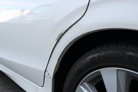 車の左後ろ側ドア辺り、死角部分を巻き込みでヘコミ・傷、費用をおさえる再生修理で解決!