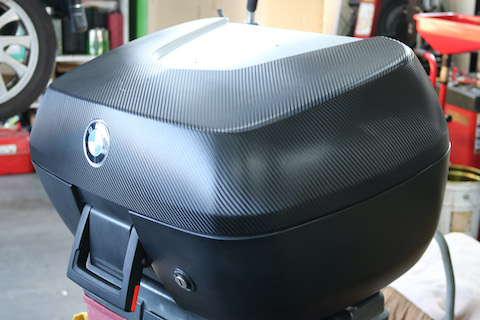BMW バイクのトップケースをカーラッピングで色変え!
