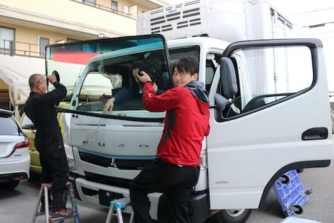 トラックのフロントガラス交換、純正ガラスの1/3価格でボカシを無料で追加!