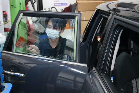 BMW ミニ、透明ガラスをスモークにして、室内のプライバシー 保護!