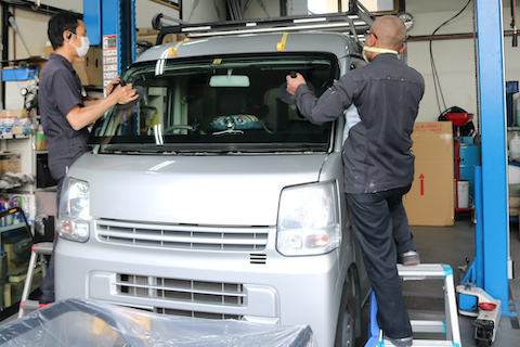 フロントガラス交換と、オイル・タイヤ交換も一緒に作業します!