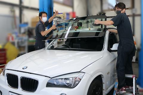 輸入車のフロントガラスにも社外品ガラスをご用意できます!しかも断熱機能付き!!