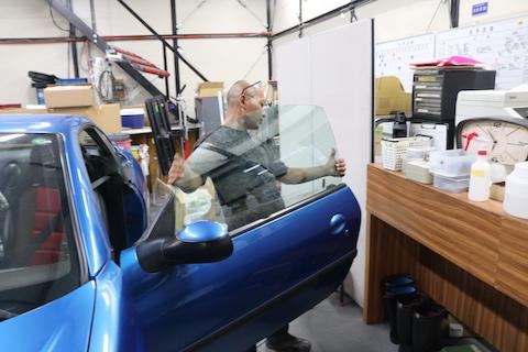 窓ガラスが動かないのは車検に不合格?!安全確保に大事な部分
