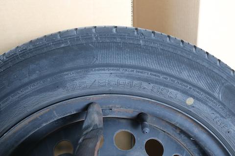 タイヤのヒビ割れは交換時期!タイヤ製造年月をチェックしてください