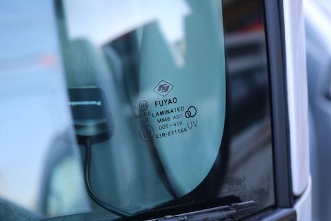 トラックのフロントガラスも、純正より1/3の価格で交換が可能!