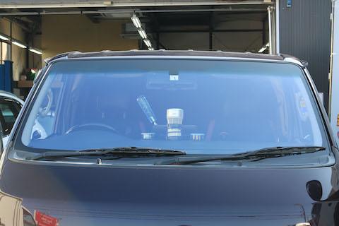 綺麗な青色に輝くフロントガラス、合法で車検に通ります!