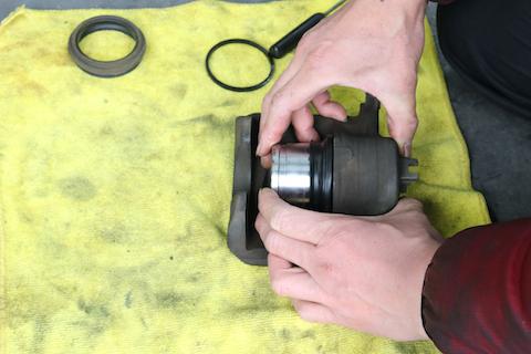 ブレーキキャリパーのオイル漏れはブレーキの効きを悪くします!