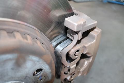 電動パーキングブレーキのパッド交換は正しい手順が必要!