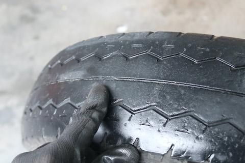 タイヤ溝の深さは1.6mm以上ないと車検に合格しません!