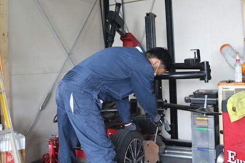 タイヤはいつの間にか交換時期!定期的な空気圧と溝点検が大事!