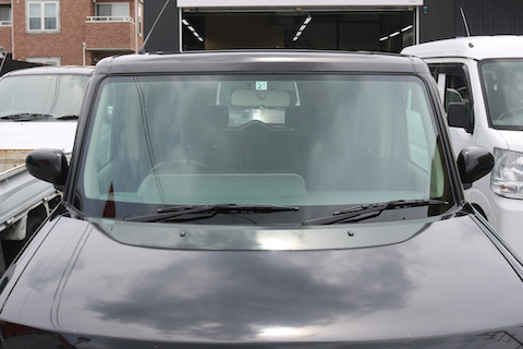 フロントガラスのひび割れが伸びたら、輸入ガラスがオススメ!