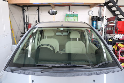 フロントガラスのヒビ割れ、車検も間近。交換と車検お任せ下さい!