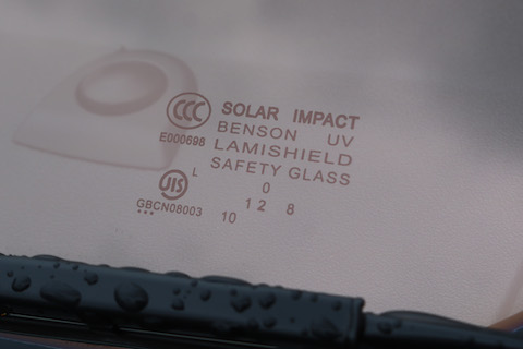 新型ハイエース6型のフロントガラスにソーラーインパクト装着!