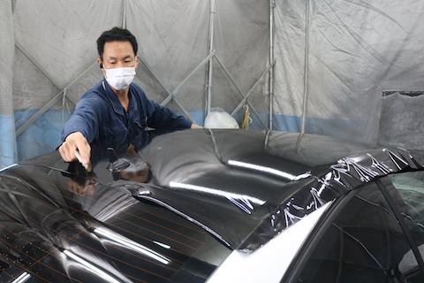 ベンツをパノラマルーフのガラスの様な黒色にカーラッピング!