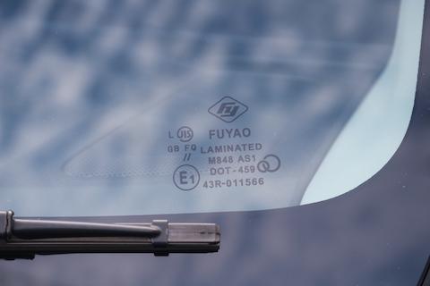 最新の衝突防止カメラ付フロントガラス交換も社外品ガラス!