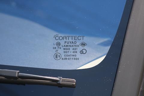 車の青いフロントガラスはドレスアップと断熱効果がついています!