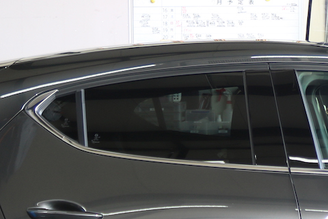 マツダ3のドアモール、下側だけのメッキをつや消しに統一!