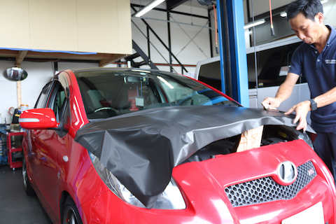 車のクリア塗装剥がれをカーラッピング補修でドレスアップ!