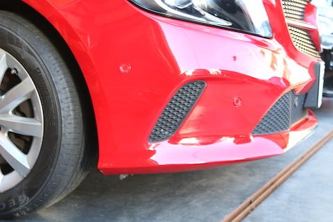 輸入車のバンパーも部分的に補修で傷直し!