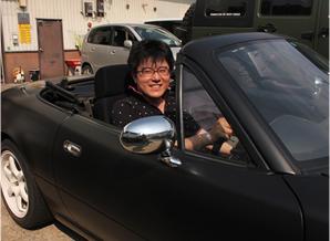 マットブラックにラッピングされたユーノスロードスター。車好きにはたまらないMT車です。